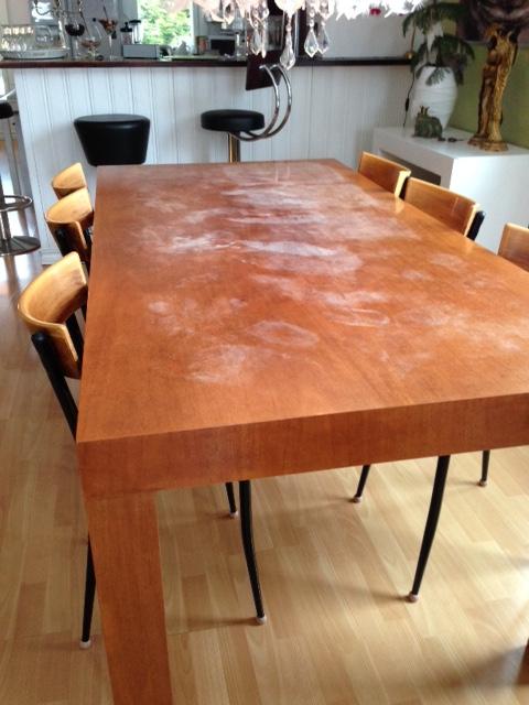 Baaritiski ja pöytä ennen maalausta