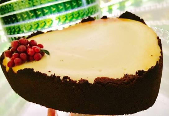 juustokakku vihreän lampun edessä
